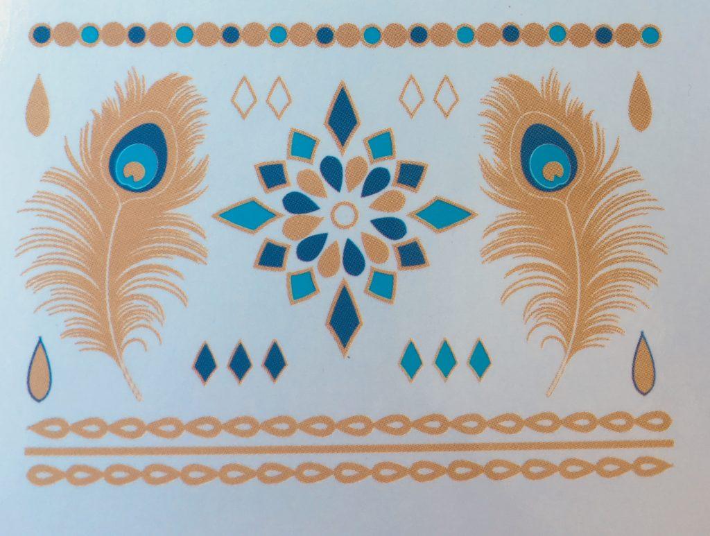 Blue Marlin Goddess Tattoos luxusminőségű tetoválás matrica nyaklánc, pávatoll és medál minták